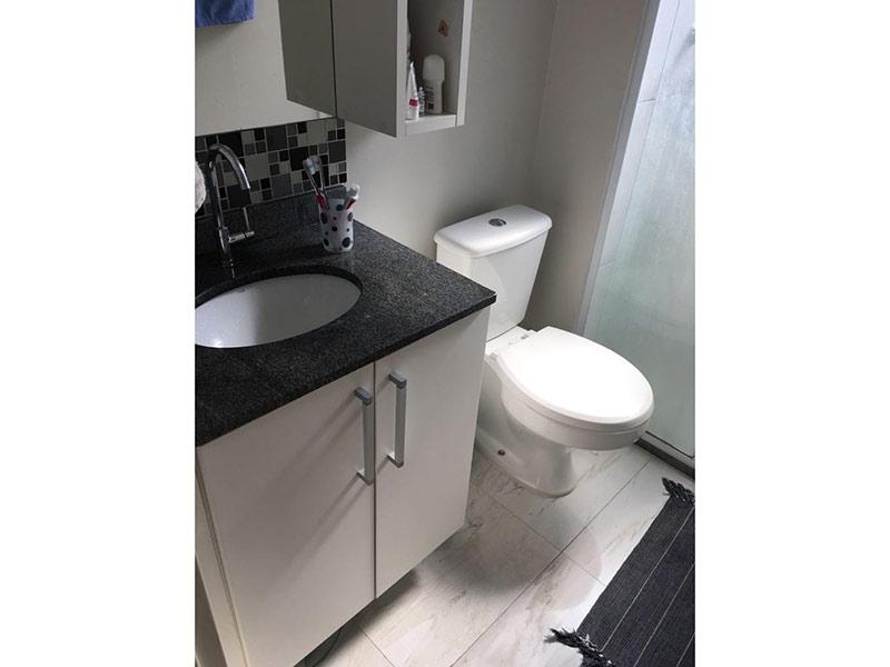 Sacomã, Apartamento Padrão-Banheiro com piso de porcelanato, pia de granito, gabinete e box de vidro.