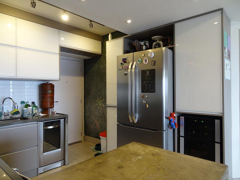 Sacomã, Apartamento Padrão-Cozinha com piso de porcelanato, pia de mármore, gabinete e armários planejados.