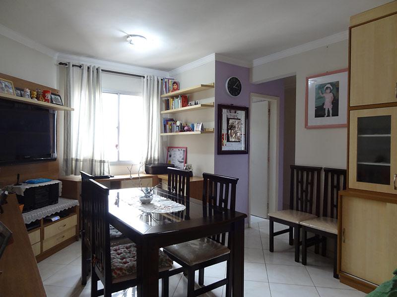Sacomã, Apartamento Padrão - Sala com dois ambientes, piso de cerâmica, teto com moldura de gesso e armários planejados.