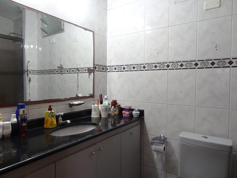 Jabaquara, Apartamento Padrão-Banheiro com piso de cerâmica, teto com moldura de gesso, pia de granito, gabinete e box de vidro.