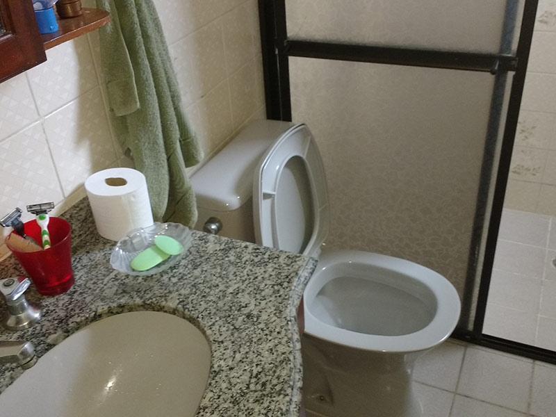 Sacomã, Apartamento Padrão-Banheiro social com piso de cerâmica, pia de granito e gabinete.