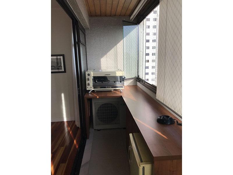 Ipiranga, Apartamento Padrão-Varanda com piso de cerâmica, teto de madeira, cortina de vidro e tela de proteção.