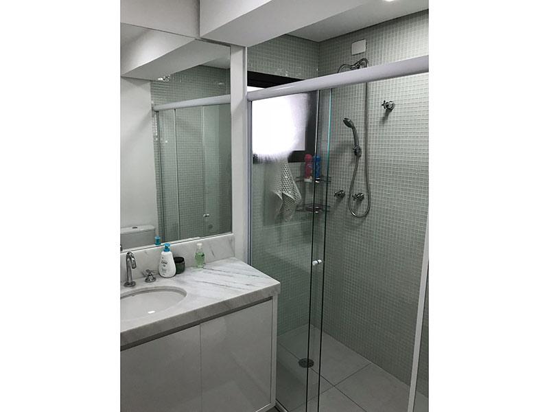 Ipiranga, Apartamento Padrão-Banheiro social com piso de cerâmica, teto rebaixado, pia de mármore, gabinete e box de vidro.
