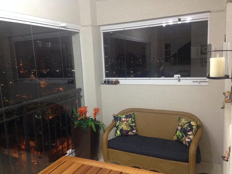 Sacomã, Apartamento Padrão-Varanda gourmet com piso de cerâmica, cortina de vidro, pia de granito, gabinete e churrasqueira.