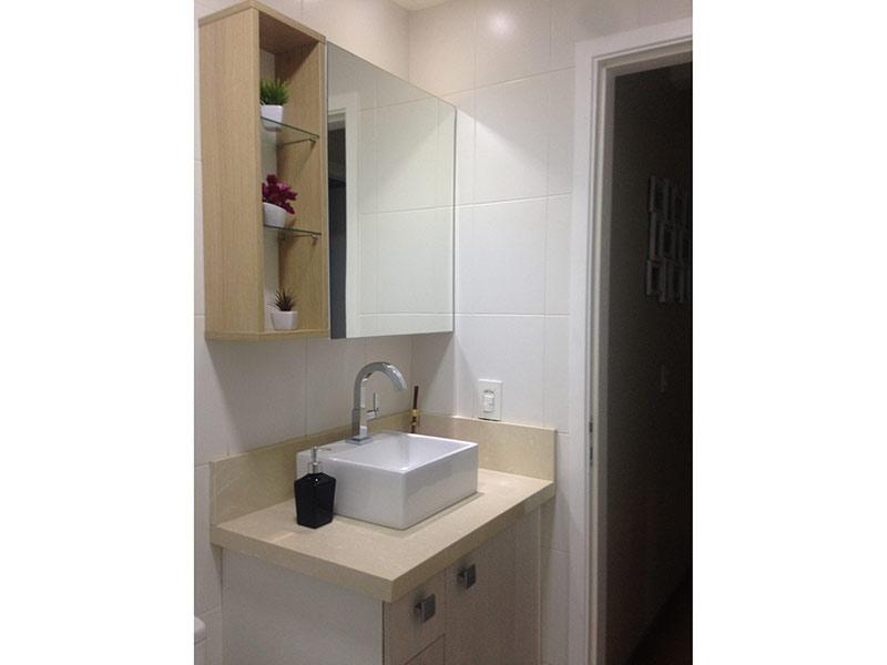 Sacomã, Apartamento Padrão-Banheiro com piso de cerâmica, cuba sobreposta, bancada de mármore e gabinete.