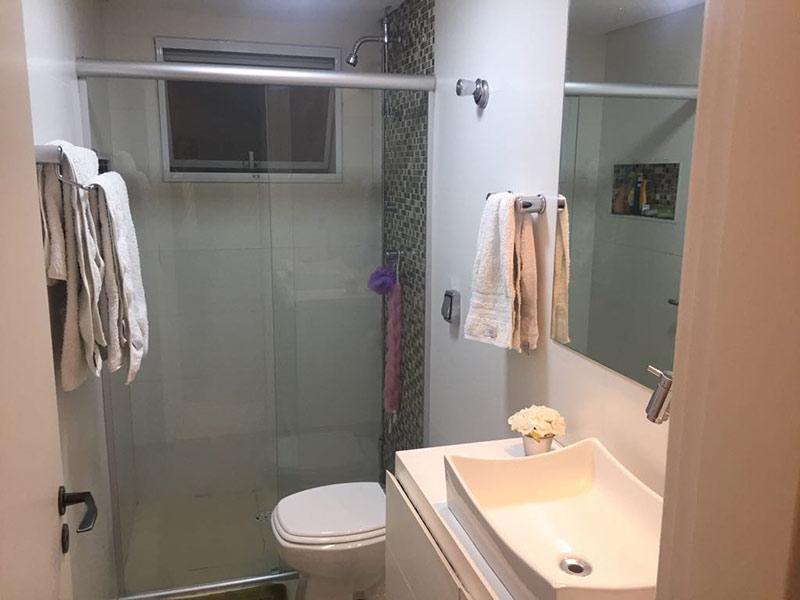 Ipiranga, Apartamento Padrão-Banheiro com piso de cerâmica, teto rebaixado, cuba sobreposta e box de vidro.