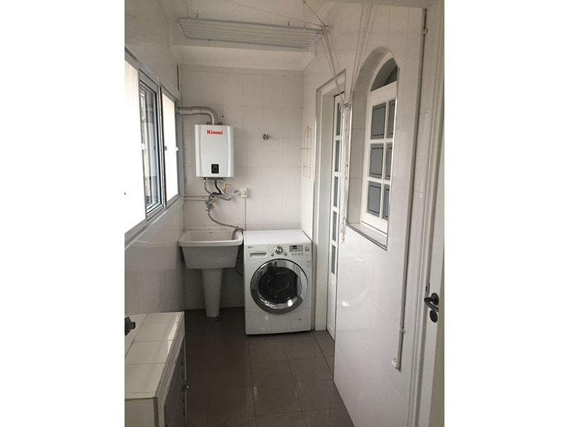Ipiranga, Apartamento Padrão-Área de serviço com piso de porcelanato, teto com moldura de gesso e aquecedor de passagem.