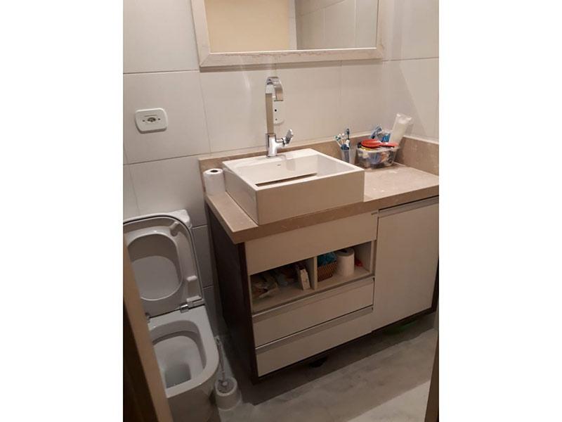Sacomã, Apartamento Padrão-Banheiro social com piso de cerâmica, cuba sobreposta, bancada de mármore e gabinete.