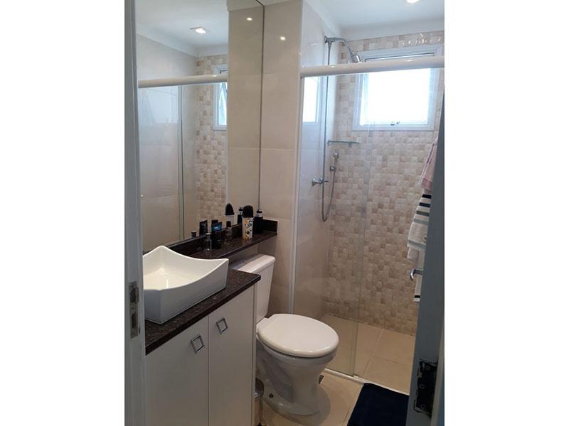 Sacomã, Apartamento Padrão-Banheiro da suíte com piso de porcelanato, cuba sobreposta, bancada de granito, gabinete e box de vidro.