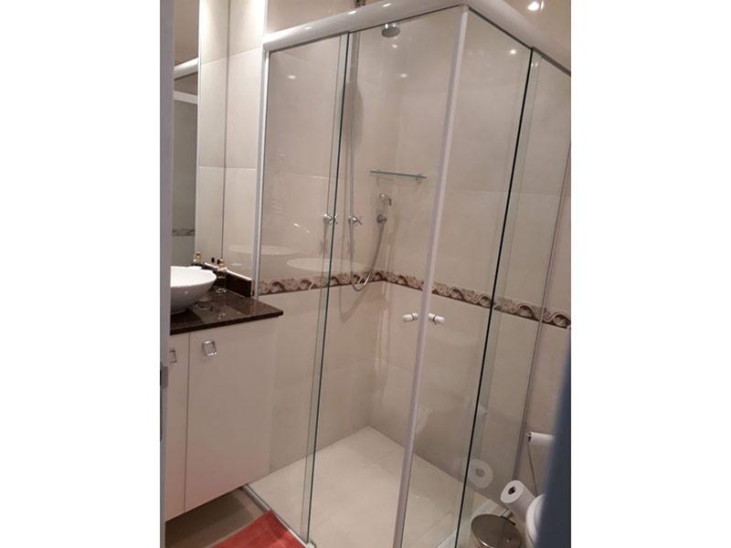 Sacomã, Apartamento Padrão-Banheiro social com piso de porcelanato, cuba sobreposta, bancada de granito, gabinete e box de vidro.