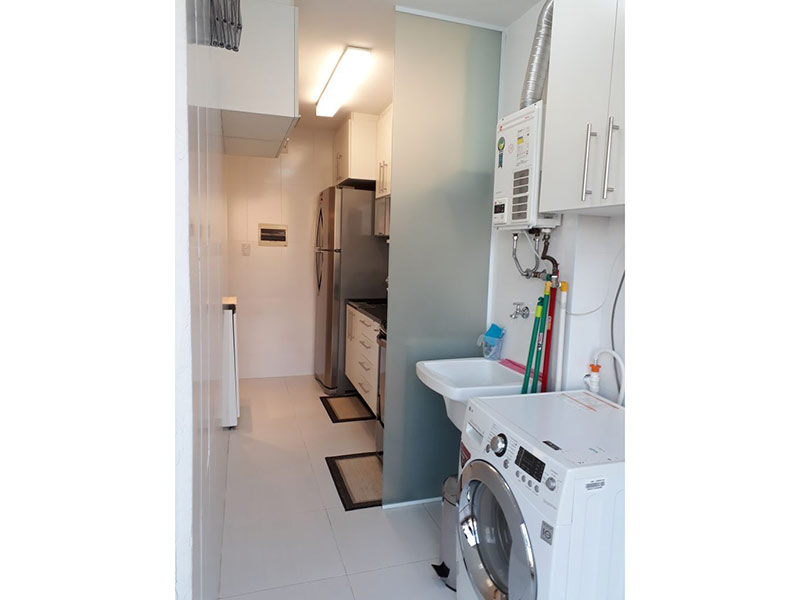 Sacomã, Apartamento Padrão-Área de serviço com piso de cerâmica, armários planejados e aquecedor de passagem.