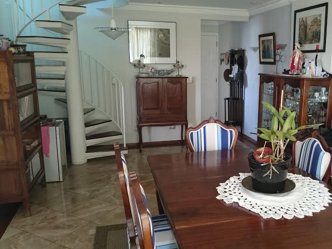 Ipiranga, Cobertura Duplex - Sala com piso de porcelanato, teto com sanca de gesso, iluminação embutida e acesso à varanda.