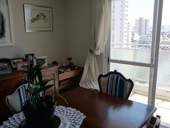Ipiranga, Cobertura Duplex-Sala com piso de porcelanato, teto com sanca de gesso, iluminação embutida e acesso à varanda.