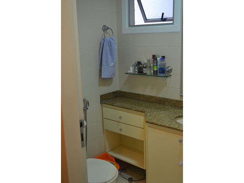 Ipiranga, Apartamento Padrão-Banheiro com piso de cerâmica, pia de granito e gabinete.