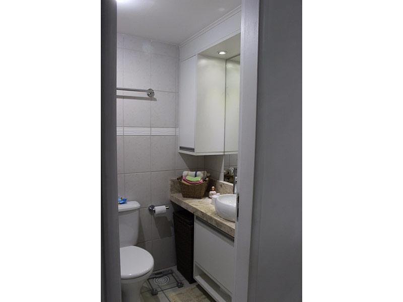Jabaquara, Apartamento Padrão-Banheiro da suíte com piso de cerâmica, cuba sobreposta, bancada de mármore, gabinete, armários planejados e box de vidro.