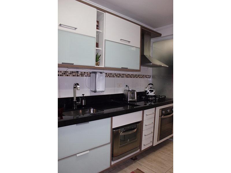 Jabaquara, Apartamento Padrão-Cozinha com piso de porcelanato, teto com moldura de gesso, pia de granito, gabinete e armários planejados.