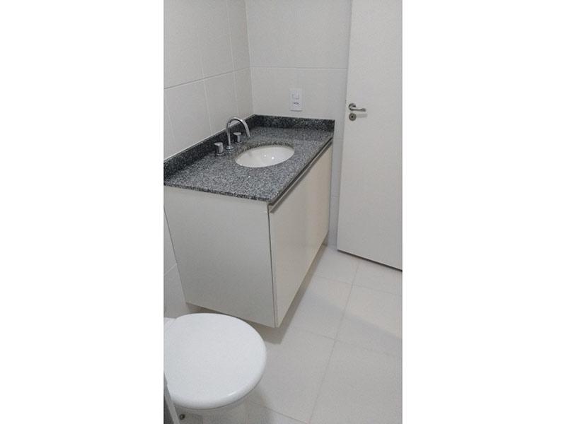Ipiranga, Studio-Banheiro com piso de cerâmica, pia de granito e gabinete.