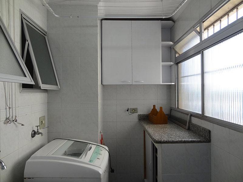 Jabaquara, Apartamento Padrão-Área de serviço com piso de porcelanato, teto com moldura de gesso, bancada de granito, gabinete e armários planejados.