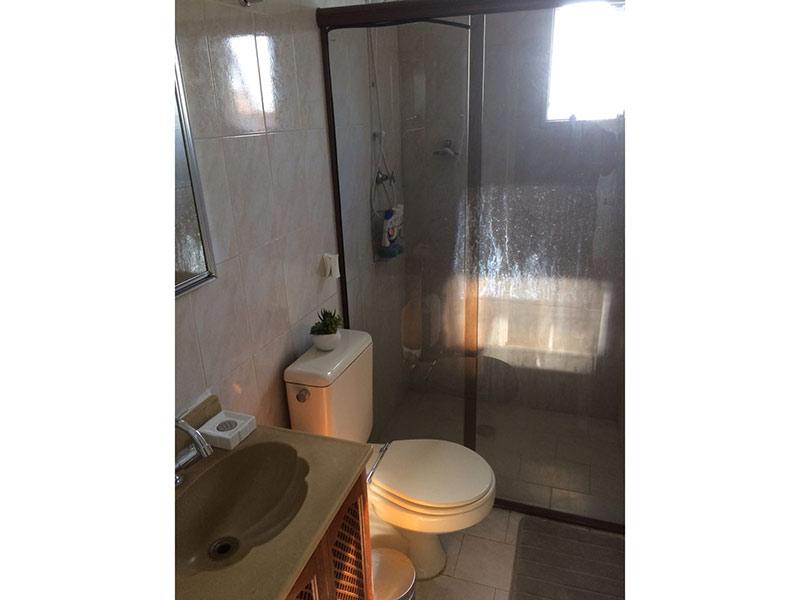 Jabaquara, Apartamento Padrão-Banheiro com piso de cerâmica, pia de porcelana, gabinete e box de vidro.