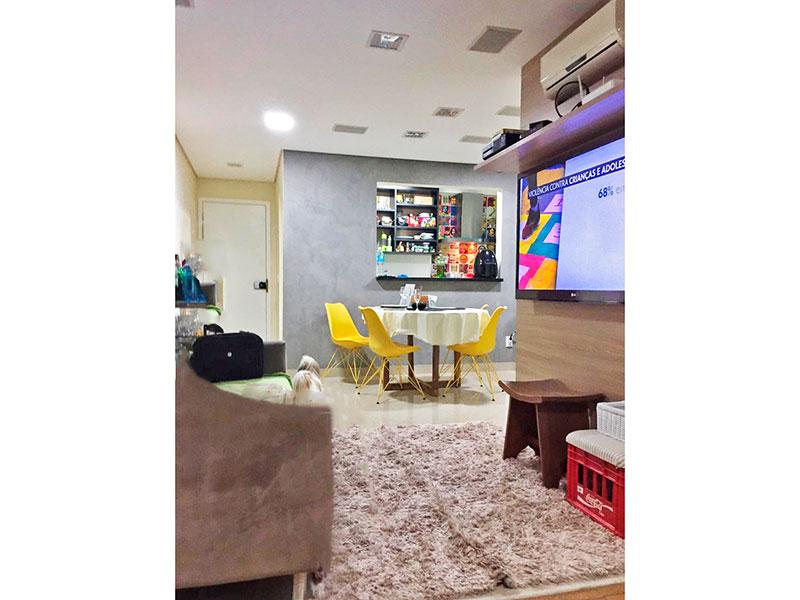 Ipiranga, Apartamento Padrão - Sala em L com piso de porcelanato, teto com sanca, iluminação embutida e acesso a sacada.