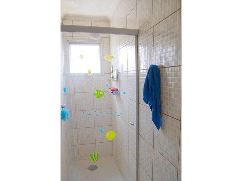 Jabaquara, Apartamento Padrão-Banheiro com piso de cerâmica, teto com moldura de gesso, pia de porcelana, gabinete e box de vidro.