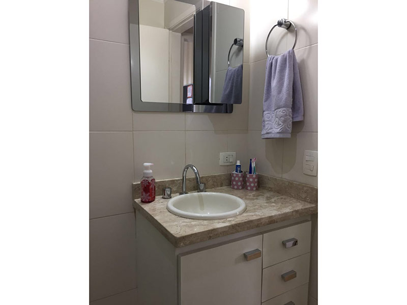 Ipiranga, Apartamento Padrão-Banheiro social com piso de cerâmica, pia de mármore, gabinete e box de vidro.