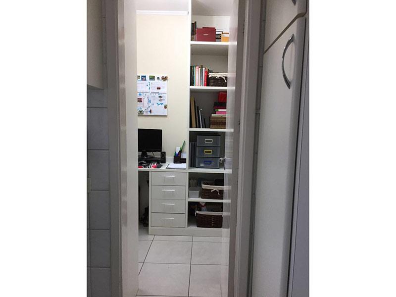 Ipiranga, Apartamento Padrão-Dep. de empregada com piso de cerâmica, teto com moldura de gesso e armários planejados.