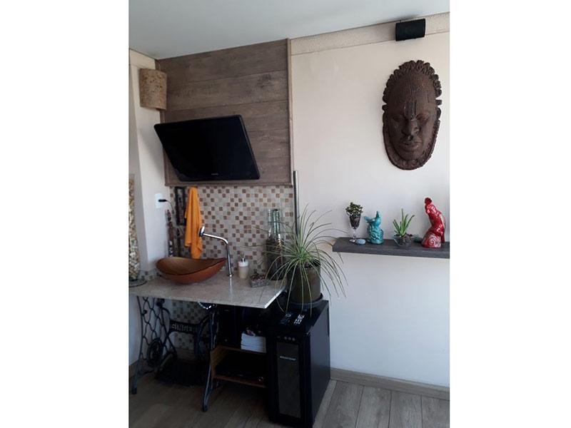 Ipiranga, Apartamento Padrão-Varanda gourmet com piso laminado, teto rebaixado, cuba sobreposta e bancada de mármore.