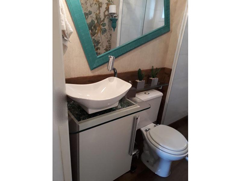Ipiranga, Apartamento Padrão-Banheiro social com piso de porcelanato, cuba sobreposta, bancada de vidro, gabinete e box de vidro.