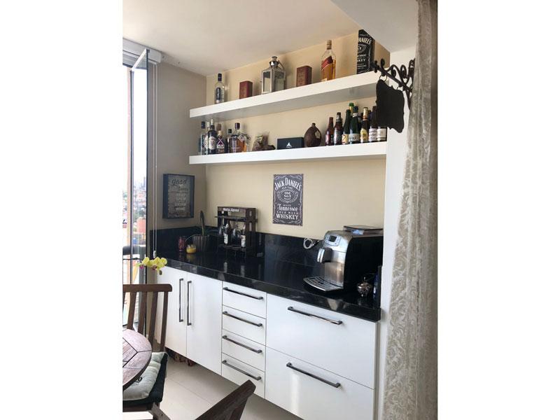 Sacomã, Apartamento Padrão-Varanda com piso de porcelanato, cortina de vidro, bancada de granito e gabinete.