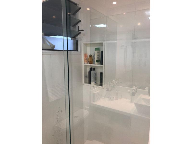 Sacomã, Apartamento Padrão-Banheiro da suíte com piso de porcelanato, cuba sobreposta, gabinete e box de vidro.