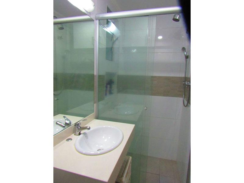 Jabaquara, Apartamento Padrão-Banheiro da suíte com piso de porcelanato, teto com moldura de gesso, pia de mármore, armários planejados e box de vidro.