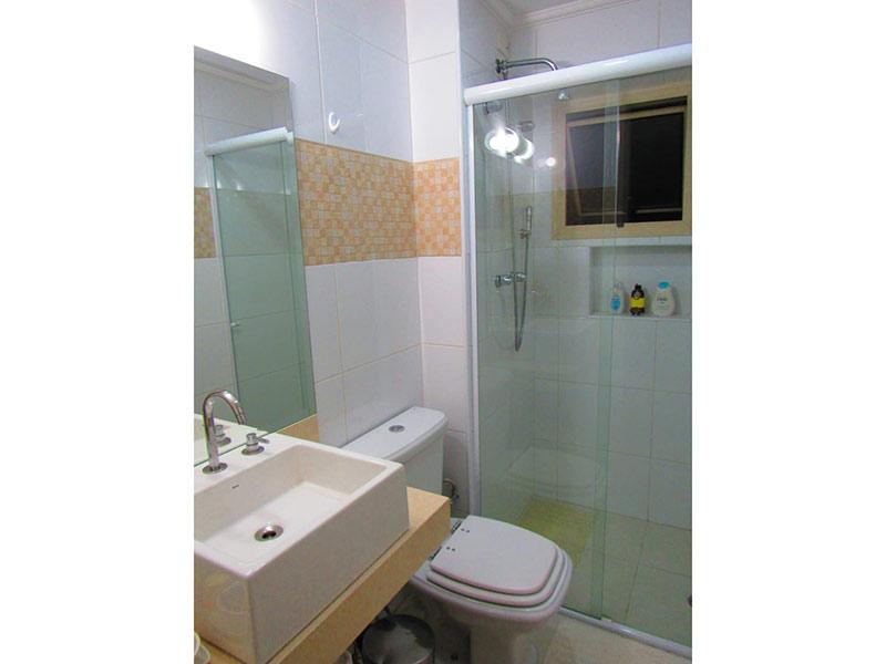 Jabaquara, Apartamento Padrão-Banheiro social com piso de porcelanato, teto com moldura de gesso, cuba sobreposta e box de vidro.