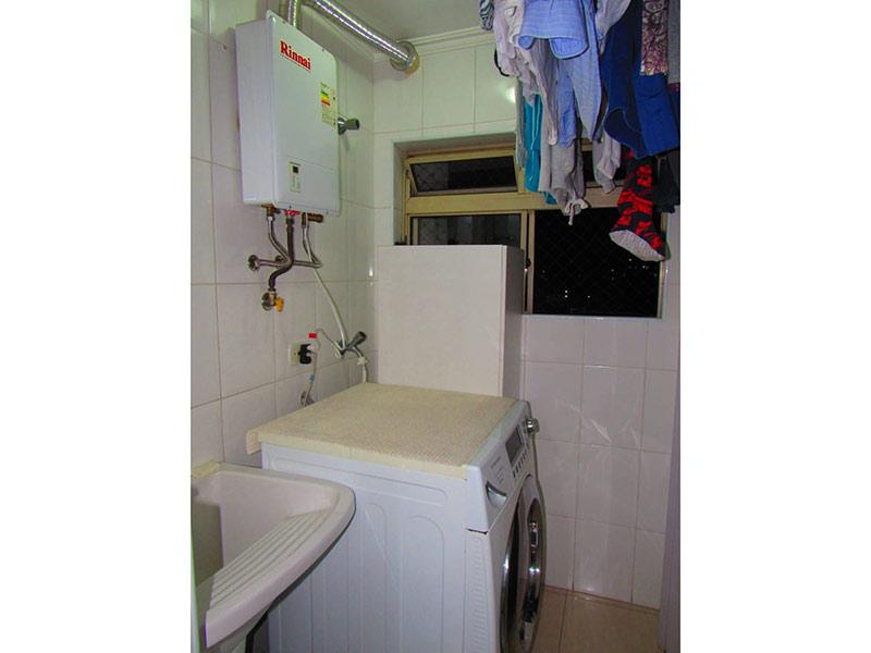 Jabaquara, Apartamento Padrão-Área de serviço com piso de porcelanato, teto com moldura de gesso, pia de porcelana e aquecedor de passagem.