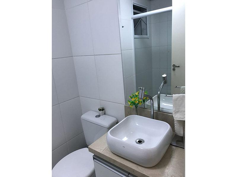 Sacomã, Apartamento Padrão-Banheiro com piso de cerâmica, cuba sobreposta, bancada de mármore, gabinete e box de vidro.