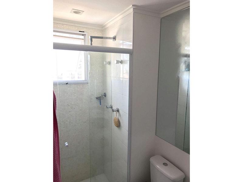 Ipiranga, Apartamento Padrão-Banheiro da suíte com piso de cerâmica, teto com moldura de gesso e box de vidro.