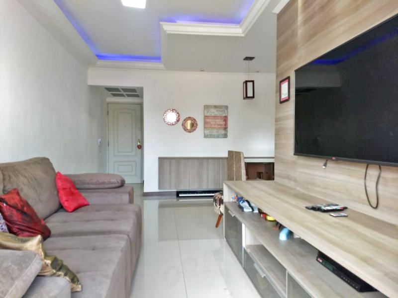 Ipiranga, Apartamento Padrão - Sala retangular com piso de porcelanato, teto sanca com moldura de gesso e iluminação embutida.