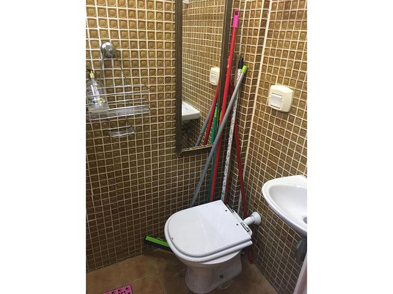 Sacomã, Apartamento Padrão-Banheiro de serviço com piso de cerâmica e pia de porcelana.