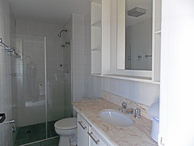 Jabaquara, Apartamento Padrão-Banheiro da suíte com piso de cerâmica, pia de mármore, gabinete e box de vidro.