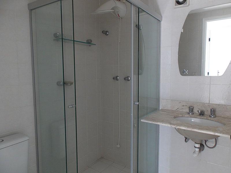 Jabaquara, Apartamento Padrão-Banheiro social com piso de cerâmica, pia de mármore e box de vidro.