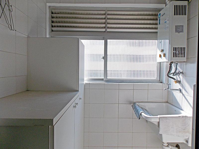 Jabaquara, Apartamento Padrão-Área de serviço com piso de cerâmica, pia de porcelana, armários planejados e aquecedor de passagem.