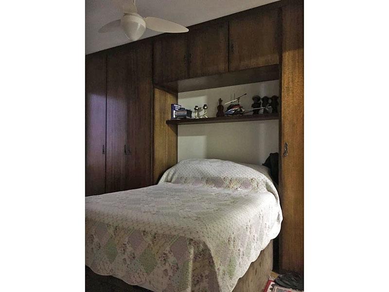 Ipiranga, Apartamento Padrão-Suíte com piso taquinho de madeira e armários planejados.