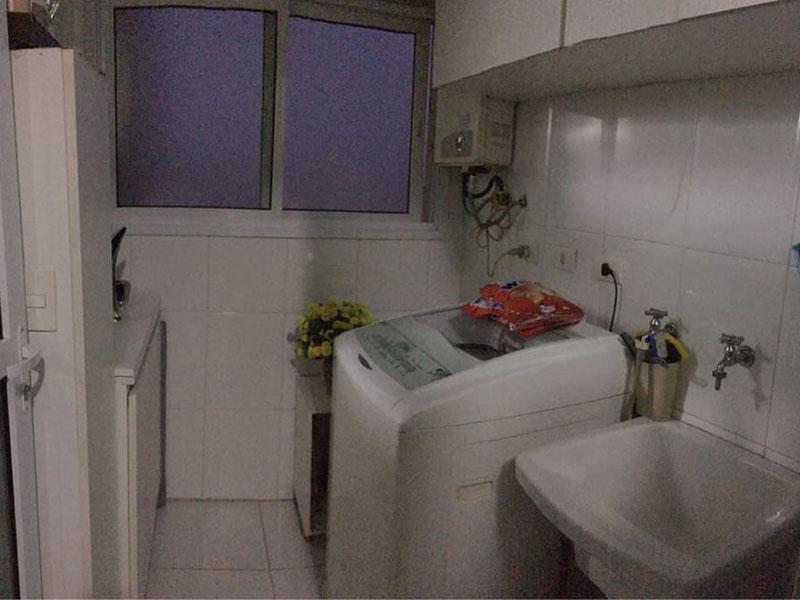 Ipiranga, Apartamento Padrão-Área de serviço com piso de cerâmica, pia de porcelana, armários planejados e aquecedor de passagem.