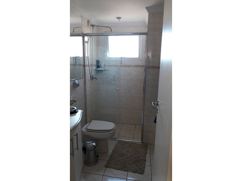 Jabaquara, Apartamento Padrão-Banheiro social com piso de cerâmica, teto com moldura de gesso, pia de mármore, gabinete e box de vidro.