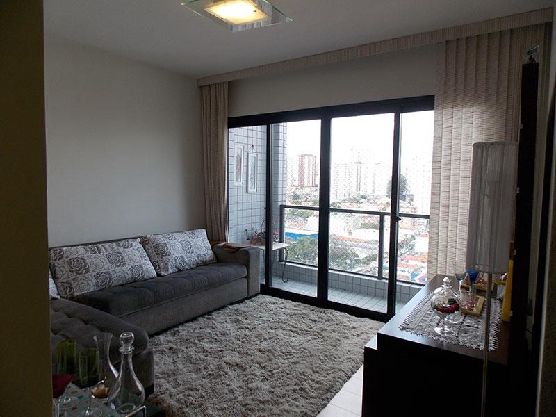 Saúde, Apartamento Padrão - Sala irregular com piso laminado.