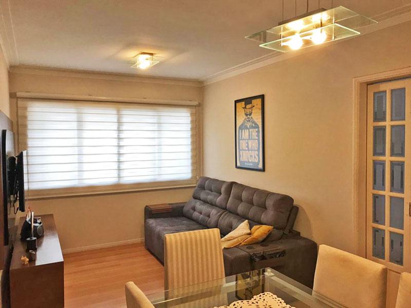 Ipiranga, Apartamento Padrão - Sala retangular com piso de laminado e teto com moldura de gesso.