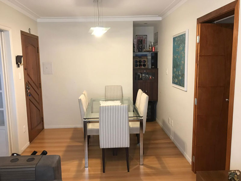 Ipiranga, Apartamento Padrão-Sala retangular com piso de laminado e teto com moldura de gesso.