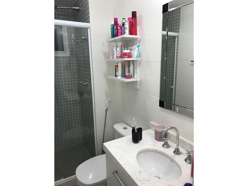 Sacomã, Apartamento Padrão-Banheiro da suíte com piso de porcelanato, pia de mármore, gabinete e box de vidro.