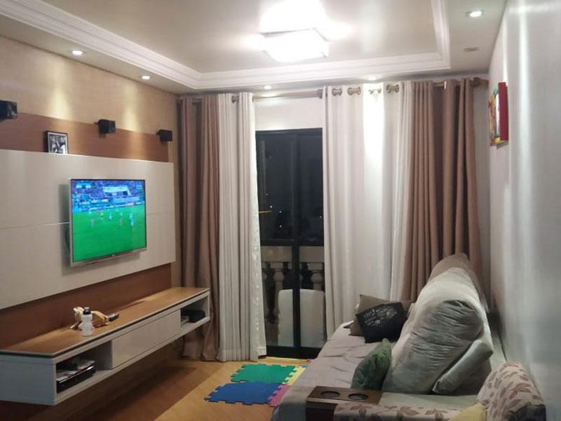 Jabaquara, Apartamento Padrão - Sala retangular com piso laminado, teto sanca com moldura de gesso e armários planejados.
