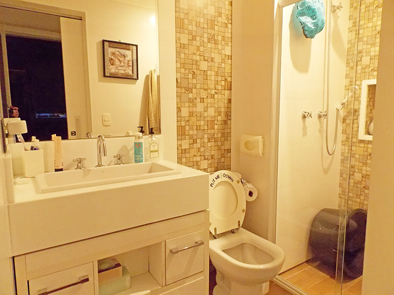 Ipiranga, Apartamento Padrão-Banheiro da suíte com piso de cerâmica, gabinete, com pia sobreposta e box de vidro.